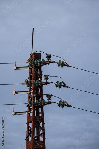 Fotografia, Obraz  Lignes électriques sur poteau métallique avec isolateurs