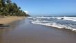Ein wunderschöner Strand im norden der Dominikanischen Republik an einem fast wolkenlosen Tag mit blauem Himmel. im Hintergrund der Dschungel