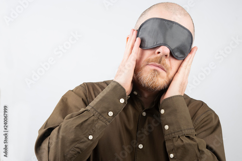 Photo bearded man with a blindfold for sleeping