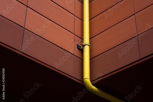 Fotografia, Obraz  tuyau gouttière eau toit jaune immeuble chéneau pluie écoulement