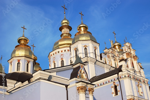 Foto op Aluminium Oost Europa View of the shining domes of the St. Michael the Golden-Domed Cathedral in Kiev in the rays of the setting sun.