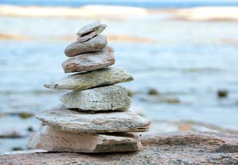 Pyramide aus Steinen am Strand, Steinpyramide am Meer