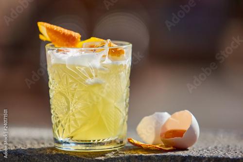 Fotografia whiskey sour in the sunlight.