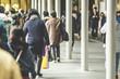大阪の街を歩く人々
