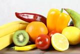 Warzywa i owoce - pomarańcze, kiwi, banan, pomidor i żółta papryka