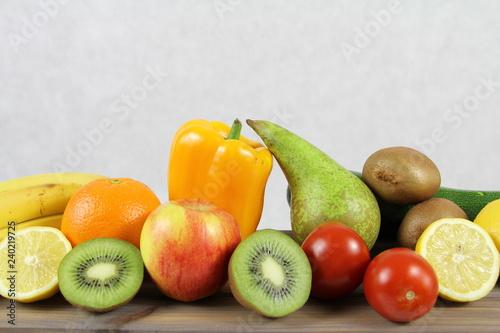 Wegetarianizm - set zdrowych warzyw i owoców - gruszka, pomarańcze, jabłko, kiwi, pomidory, papryka