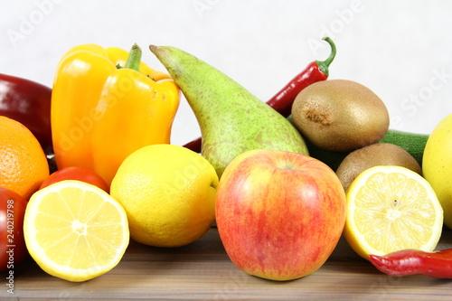 Zdrowe jedzenie - warzywa i owoce - gruszka, jabłko, kiwi, cytryna i żółta papryka