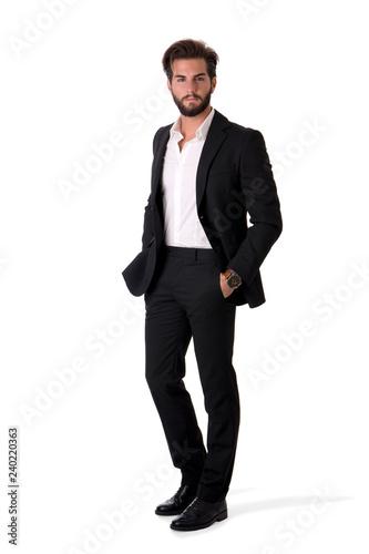 Naklejka premium Pełny długość strzał elegancki młody człowiek z garniturem