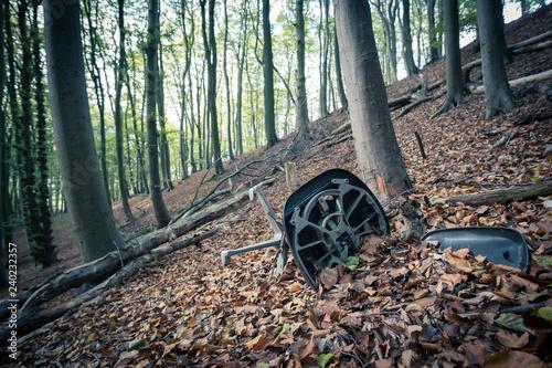 Fotografía  Alter Drehstuhl als Sperrmüll im Wald
