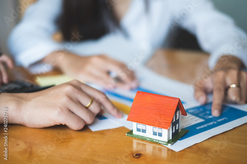 Fotografía  House interest, real estate agent working in modern office with small house model house buying and loan concept