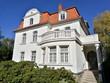 Leinwanddruck Bild - Schöne weiße alte Villa mit Balkon vor strahlend blauem Himmel im Sonnenschein in der Hansestadt Lemgo bei Detmold in Ostwestfalen-Lippe