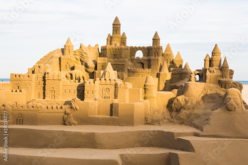Photo Fantasy city made from sand against a blue sky