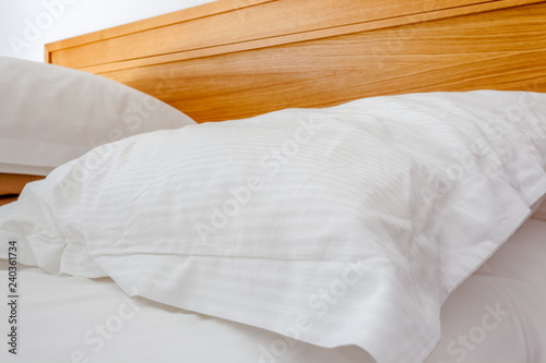 oreillers sur lit défait le matin Canvas Print