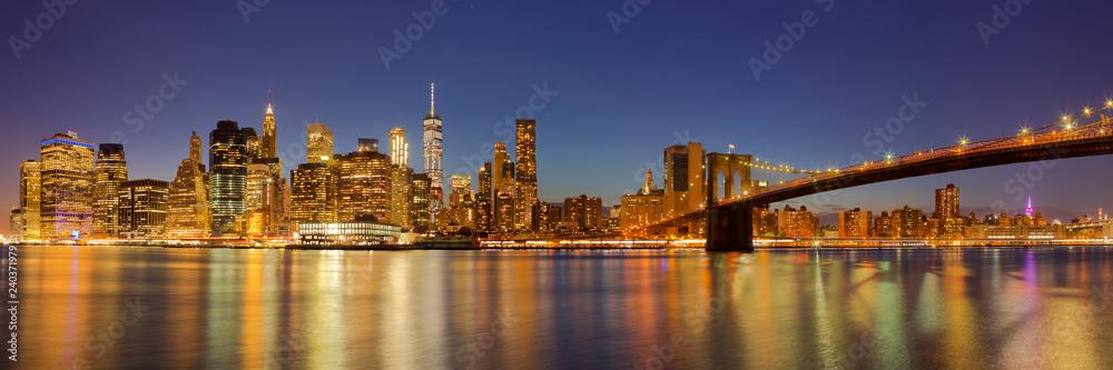 Fototapeta New York City skyline and Brooklyn Bridge at night