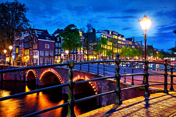 Obraz na Szkle Miasta Amsterdam, Netherlands. Bridges with nighttime illumination