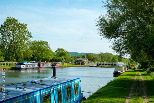 Fotografia Spring sunshine on boats moored near Splatt Bridge on the Gloucester & Sharpness