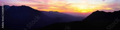 Photo  contrasting sunset high in the mountains panorama