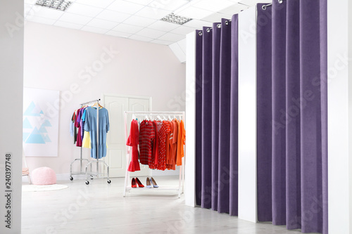 Foto Fashion store interior with dressing rooms. Modern design