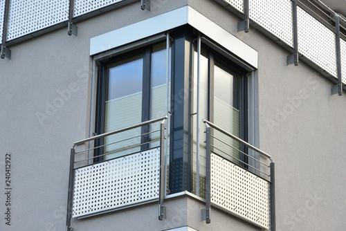 Fotografering Glastüren mit Metall-Sicherheits-Geländer an moderner Neubau-Hausfront