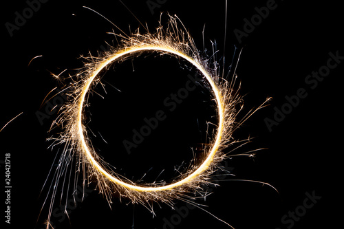 Fotografía beautiful sparkler in a circle on a black background
