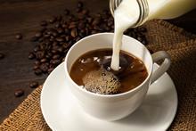 コーヒーにミルクをいれる