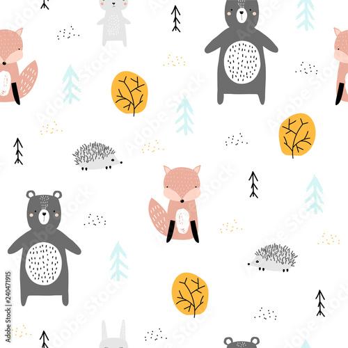bezszwowy-wzor-z-lasowymi-zwierzetami-sliczne-wydruki-dla-dzieci-wektorowa-reka-rysujaca-ilustracja