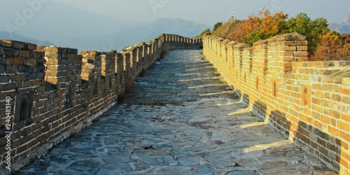 Photo sur Toile Muraille de Chine On the great wall of China. The wall is the road. Plot Mutianyu Great Wall