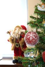 Czerwona Bombka Choinkowa Z Ornamentem śniegu Na Choince świątecznej, Boże Narodzenie, Mikołaj.