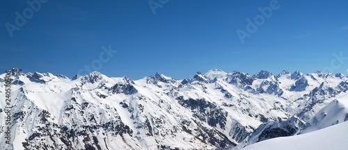 Foto auf Gartenposter Gebirge Panorama of snow covered mountains in winter