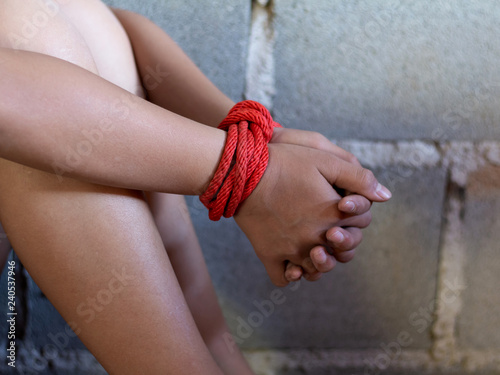 Photographie  A victim tied up with rope
