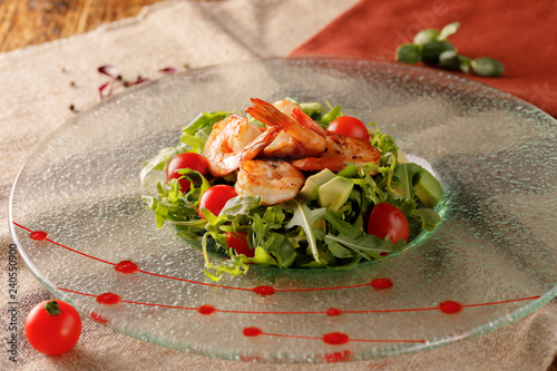 Fotografía  Seafood caesar salad with shrimps, croutons, salad leaf, parmesan cheese and tomato