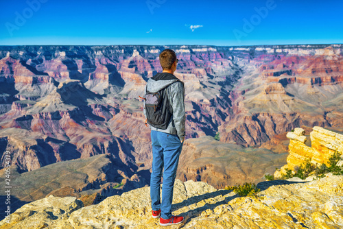 Foto op Plexiglas Verenigde Staten Young guy on the edge of a cliff on the Grand Canyon.