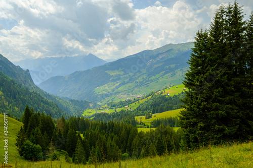 Foto  Summer time mountain nature panoramic landscape near Habkern, Switzerland