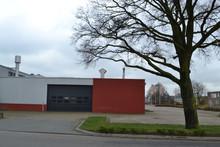 Bedrijfspand Met Oprit En Kanteldeur Op De Hoek Van Een Straat Op Een Industrieterrein