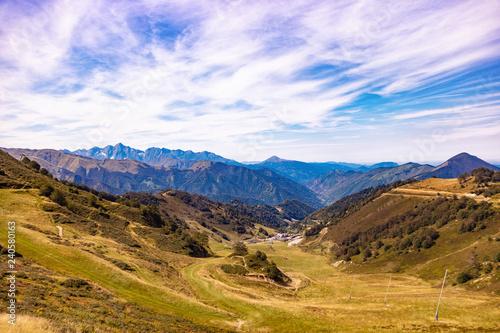 Papiers peints Lilas Paysage,vue sur les pistes et montagnes autour de la station de ski Guzet-neige en été. Couserans-Pyrénées,valée d'Ustou,Ariège,Occitanie,France.