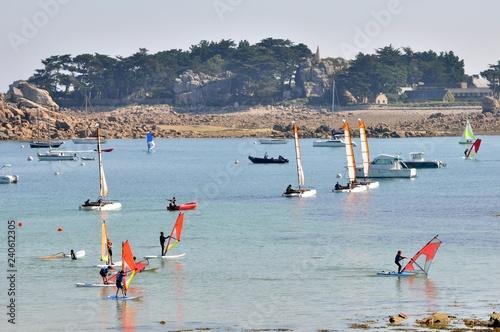 Cours de l'école de voile à Port-Blanc Penvénan en Bretagne