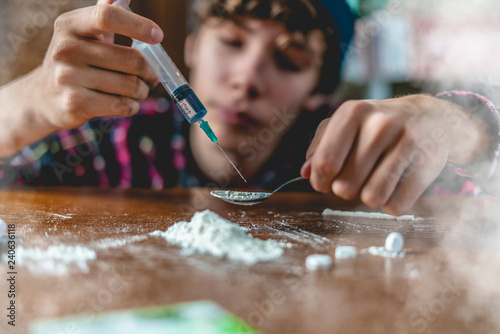 Fotografija young drug addict with syringe using drugs dose f
