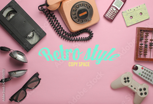 Fotografia  Retro style objects on pink background