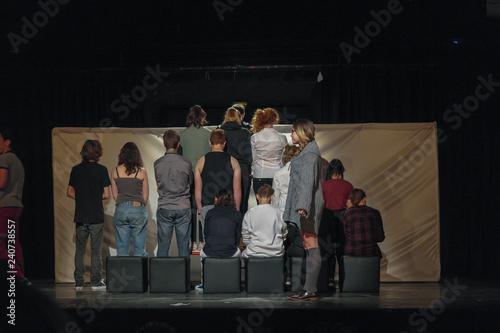 Obraz na plátne Comédiens sur une scène de théâtre le rôle principal est de profil devant la scè
