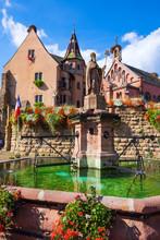 Marktplatz Mit Brunnen Von Eguisheim/Frankreich
