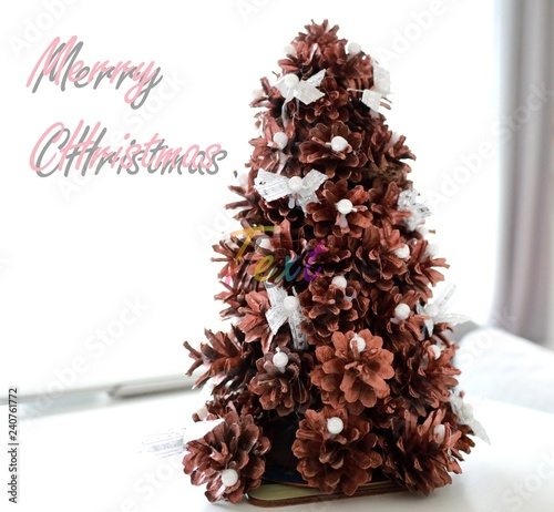 Obraz merry christmas, choinka z szyszek na białym tle - fototapety do salonu