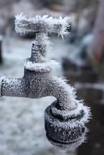 Gefrorener Und Mit Eis Kristallen überzogener Wasserhahn In Einem Garten Im Winter