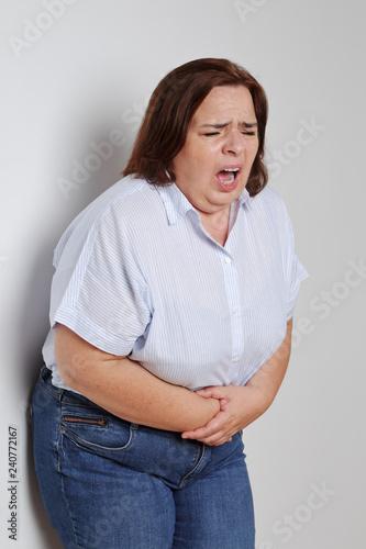 femme forte ayant mal au ventre Fototapet