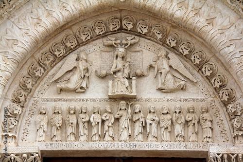 Canvas-taulu arco del portale principale della Cattedrale di Bitetto; rilievi con Madonna in