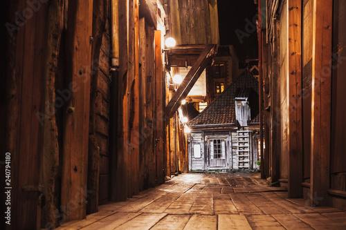 Montage in der Fensternische Skandinavien Bergen Bryggen street perspective at night