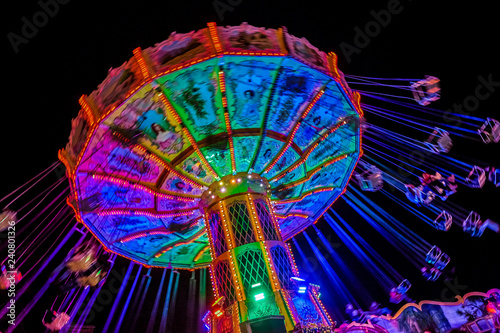 Foto op Canvas Amusementspark Kettenkarussell auf Kirmes bei Nacht