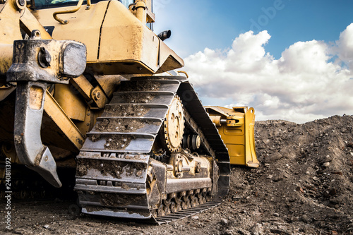 Photo  bulldozer moving dirt on the construction site