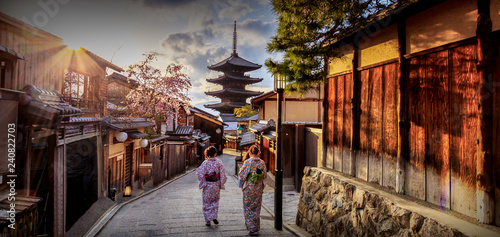 Montage in der Fensternische Kyoto Yasaka Pagoda where is the landmark of Kyoto, Japan.