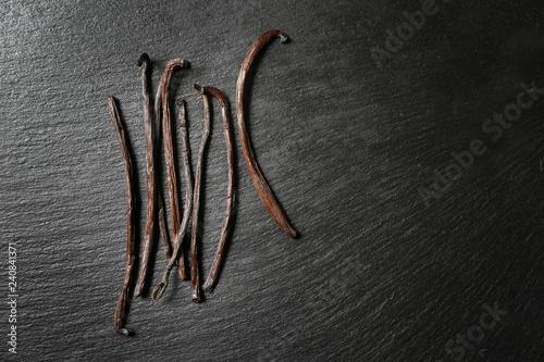 Fotografía  Aromatic vanilla sticks on dark background