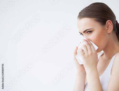 Fotografia  Woman Suffering From Cold In Home With Tissue